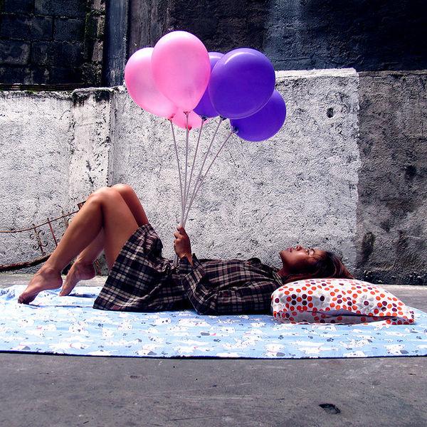 chica tumbada globos